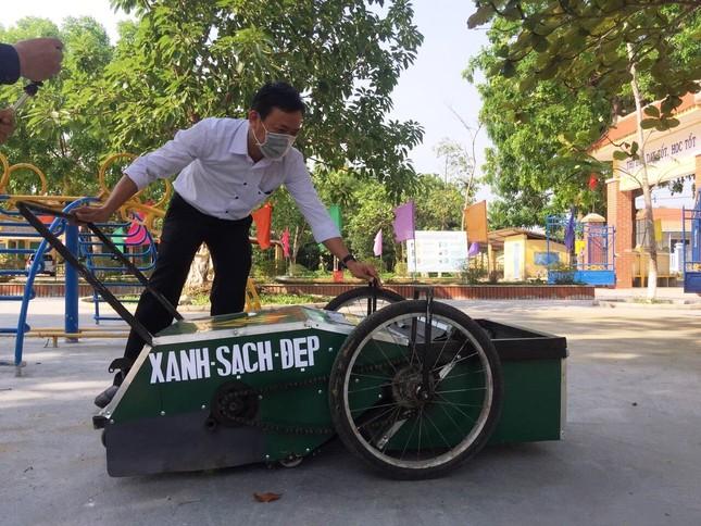 Độc đáo xe gom rác mini tự chế giá thành dưới 1 triệu đồng của thầy giáo trường làng ảnh 1