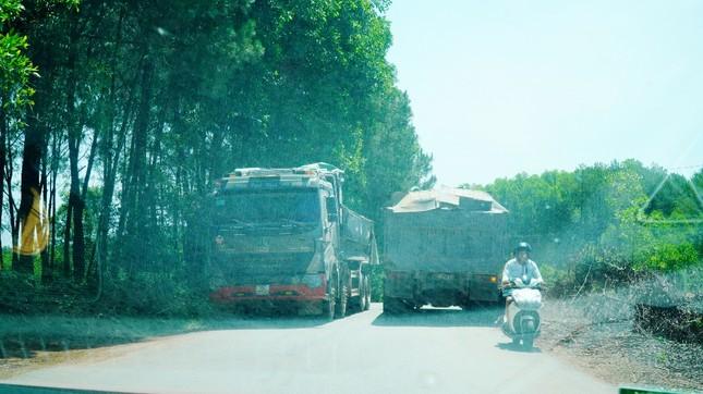 Đường tỉnh oằn mình 'chịu trận' xe quá tải dự án cao tốc Cam Lộ - La Sơn ảnh 6