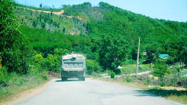 Đường tỉnh oằn mình 'chịu trận' xe quá tải dự án cao tốc Cam Lộ - La Sơn ảnh 3