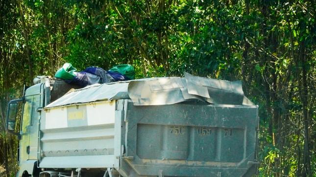 Đường tỉnh oằn mình 'chịu trận' xe quá tải dự án cao tốc Cam Lộ - La Sơn ảnh 1