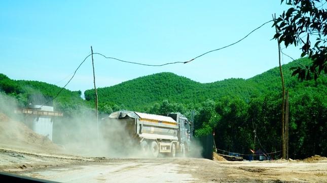 Đường tỉnh oằn mình 'chịu trận' xe quá tải dự án cao tốc Cam Lộ - La Sơn ảnh 2