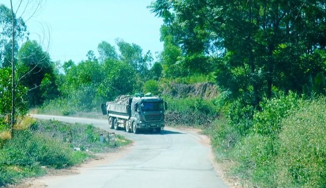 Đường tỉnh oằn mình 'chịu trận' xe quá tải dự án cao tốc Cam Lộ - La Sơn ảnh 5