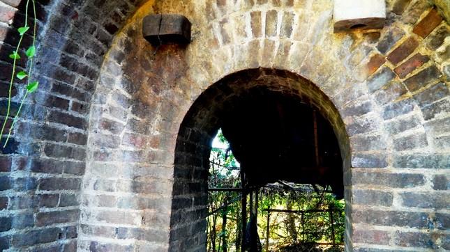 Bí ẩn cổng gạch cổ xuyên tường Kinh thành Huế vừa xuất lộ sau di dời dân ảnh 3