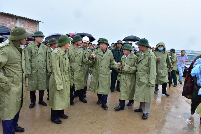 Phó Thủ tướng Trịnh Đình Dũng kiểm tra phòng chống bão số 5 tại Huế ảnh 1