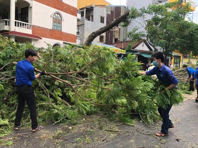 Gần 1.500 ĐVTN Huế miệt mài 'giải cứu' đường phố tắc nghẽn sau bão ảnh 8