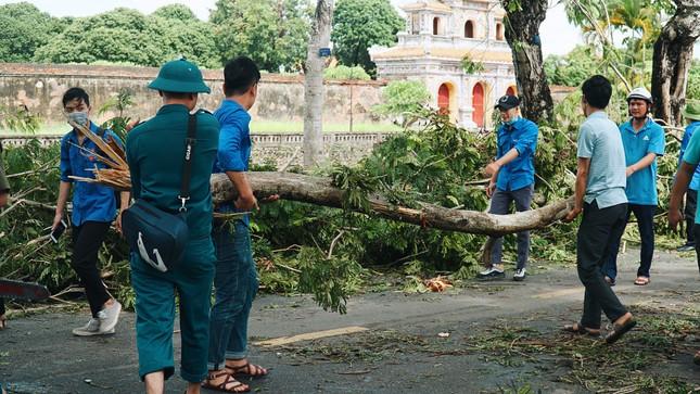 Gần 1.500 ĐVTN Huế miệt mài 'giải cứu' đường phố tắc nghẽn sau bão ảnh 2