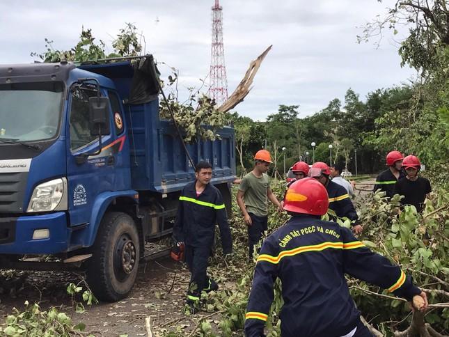 Gần 1.500 ĐVTN Huế miệt mài 'giải cứu' đường phố tắc nghẽn sau bão ảnh 11