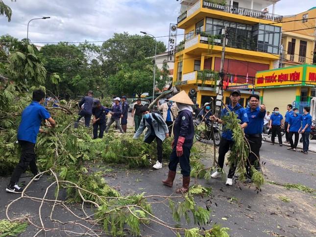 Gần 1.500 ĐVTN Huế miệt mài 'giải cứu' đường phố tắc nghẽn sau bão ảnh 12