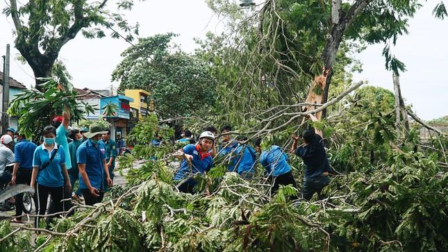 Gần 1.500 ĐVTN Huế miệt mài 'giải cứu' đường phố tắc nghẽn sau bão ảnh 3