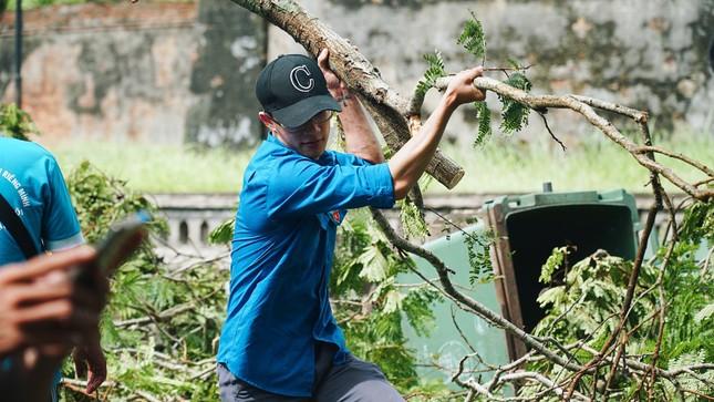 Gần 1.500 ĐVTN Huế miệt mài 'giải cứu' đường phố tắc nghẽn sau bão ảnh 6