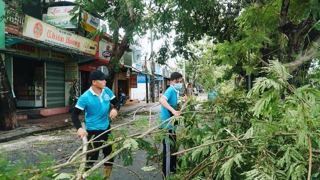 Gần 1.500 ĐVTN Huế miệt mài 'giải cứu' đường phố tắc nghẽn sau bão ảnh 13