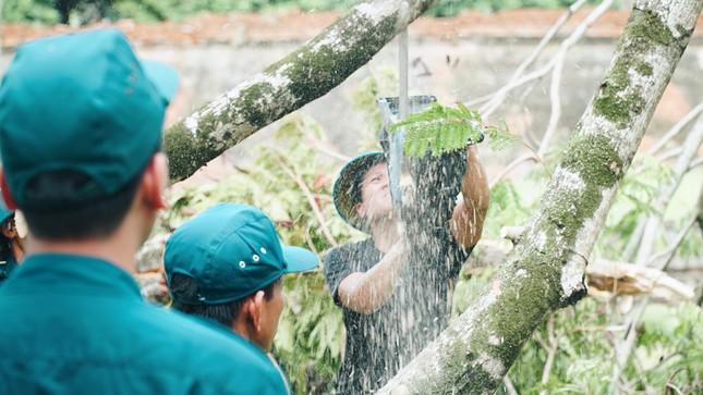 Gần 1.500 ĐVTN Huế miệt mài 'giải cứu' đường phố tắc nghẽn sau bão ảnh 14