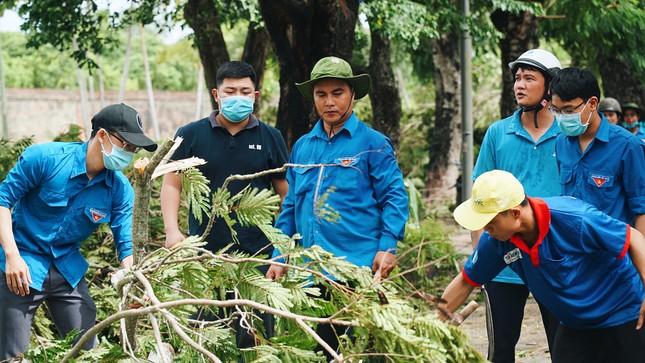 Gần 1.500 ĐVTN Huế miệt mài 'giải cứu' đường phố tắc nghẽn sau bão ảnh 7