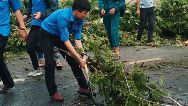 Gần 1.500 ĐVTN Huế miệt mài 'giải cứu' đường phố tắc nghẽn sau bão ảnh 16