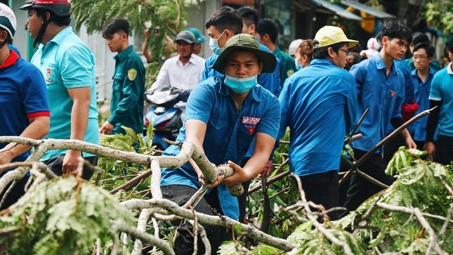 Gần 1.500 ĐVTN Huế miệt mài 'giải cứu' đường phố tắc nghẽn sau bão ảnh 17