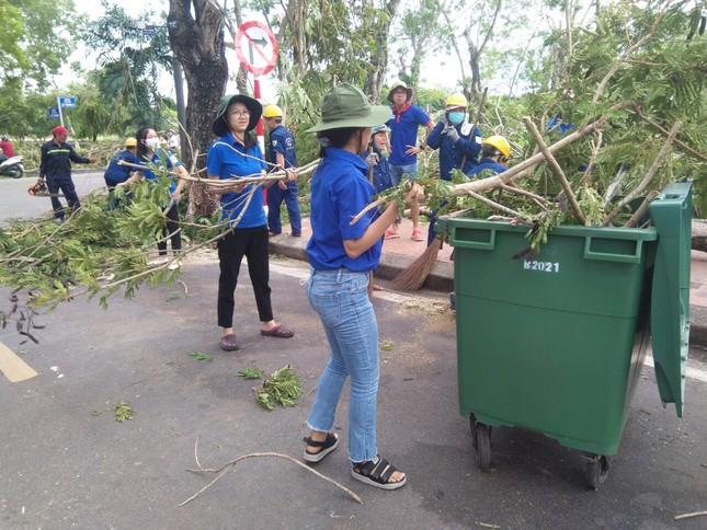 Gần 1.500 ĐVTN Huế miệt mài 'giải cứu' đường phố tắc nghẽn sau bão ảnh 19