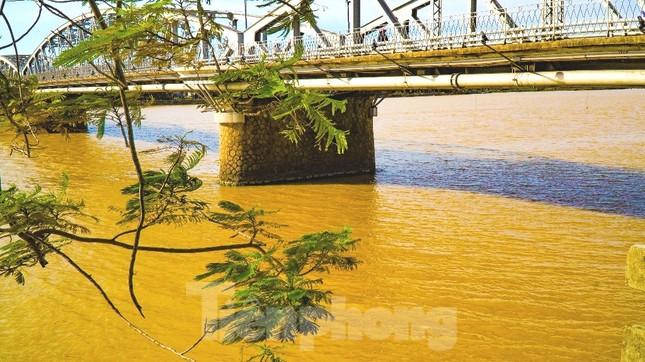 Sông Hương bất ngờ đổi màu khác thường nhiều ngày ảnh 12