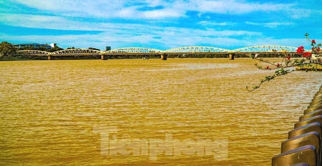 Sông Hương bất ngờ đổi màu khác thường nhiều ngày ảnh 3