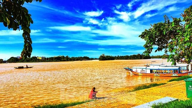 Sông Hương bất ngờ đổi màu khác thường nhiều ngày ảnh 6