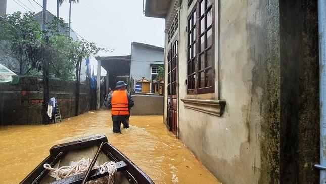 Huế: Nước vẫn dâng mênh mông, dầm mưa vượt lũ tiếp tế cho dân ảnh 12