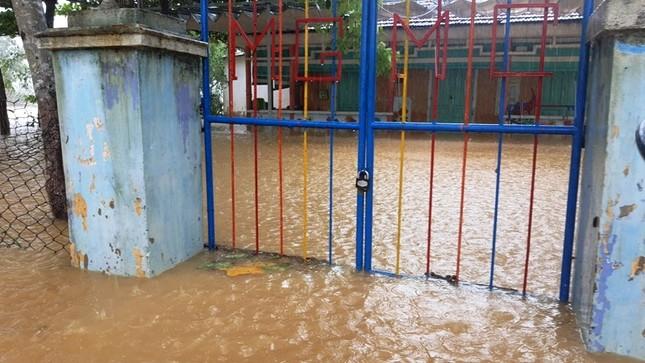 Huế: Nước vẫn dâng mênh mông, dầm mưa vượt lũ tiếp tế cho dân ảnh 13
