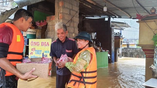 Huế: Nước vẫn dâng mênh mông, dầm mưa vượt lũ tiếp tế cho dân ảnh 2
