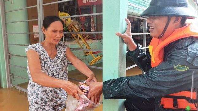 Huế: Nước vẫn dâng mênh mông, dầm mưa vượt lũ tiếp tế cho dân ảnh 6
