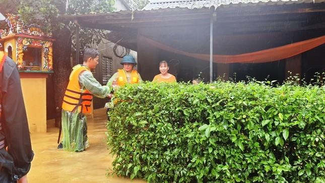 Huế: Nước vẫn dâng mênh mông, dầm mưa vượt lũ tiếp tế cho dân ảnh 7