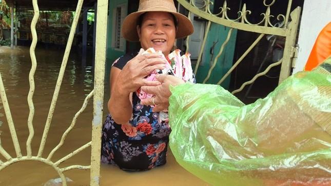 Huế: Nước vẫn dâng mênh mông, dầm mưa vượt lũ tiếp tế cho dân ảnh 8