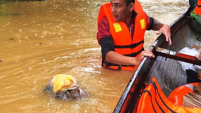 Huế: Nước vẫn dâng mênh mông, dầm mưa vượt lũ tiếp tế cho dân ảnh 9