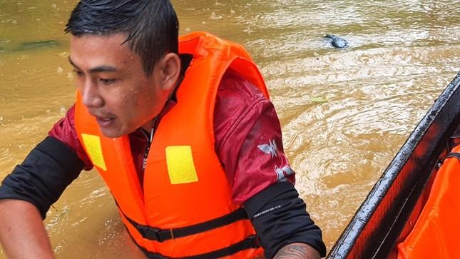 Huế: Nước vẫn dâng mênh mông, dầm mưa vượt lũ tiếp tế cho dân ảnh 4