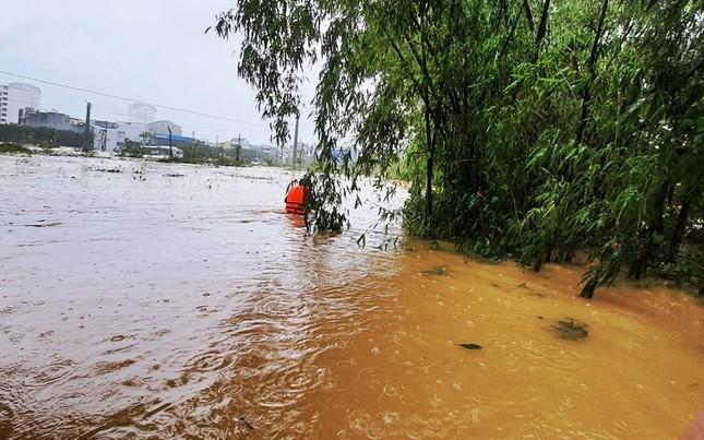 Huế: Nước vẫn dâng mênh mông, dầm mưa vượt lũ tiếp tế cho dân ảnh 1