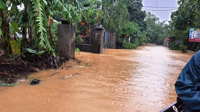 Huế: Nước vẫn dâng mênh mông, dầm mưa vượt lũ tiếp tế cho dân ảnh 3