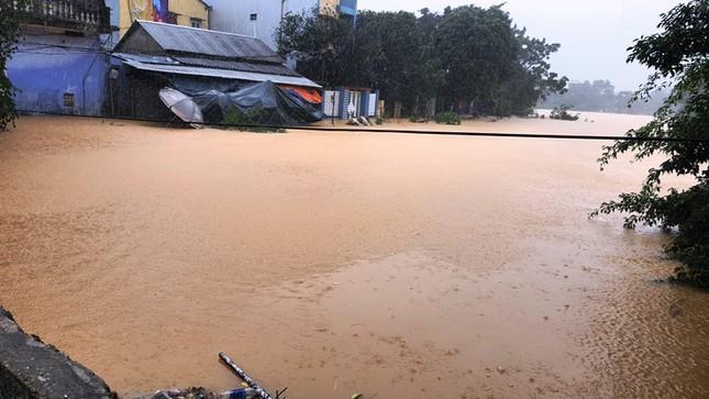 Huế: Nước vẫn dâng mênh mông, dầm mưa vượt lũ tiếp tế cho dân ảnh 10