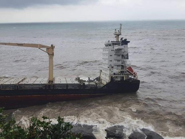 Bảo vệ từ xa con tàu nước ngoài bí ẩn dạt vào bờ biển TT-Huế ảnh 1