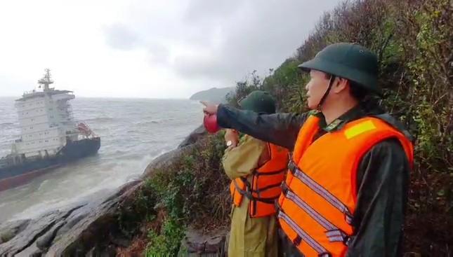 Bảo vệ từ xa con tàu nước ngoài bí ẩn dạt vào bờ biển TT-Huế ảnh 2