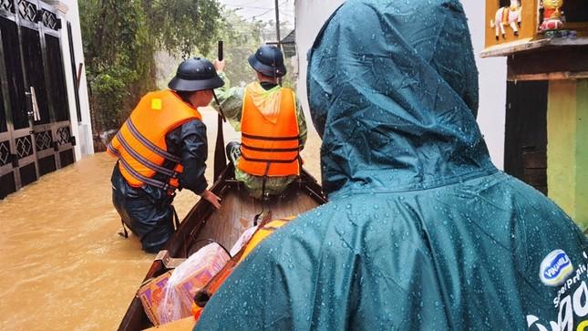 Huế: Nước vẫn dâng mênh mông, dầm mưa vượt lũ tiếp tế cho dân ảnh 11