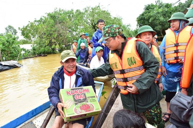 Huế: Nước vẫn dâng mênh mông, dầm mưa vượt lũ tiếp tế cho dân ảnh 5