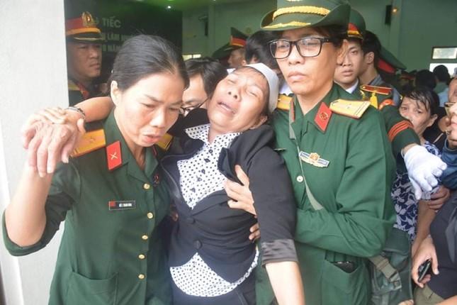 Tang lễ 13 liệt sĩ hy sinh ở Rào Trăng: Đau xé lòng tiễn các anh về đất mẹ ảnh 2