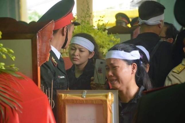 Tang lễ 13 liệt sĩ hy sinh ở Rào Trăng: Đau xé lòng tiễn các anh về đất mẹ ảnh 4