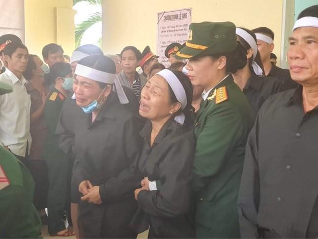 Tang lễ 13 liệt sĩ hy sinh ở Rào Trăng: Đau xé lòng tiễn các anh về đất mẹ ảnh 6
