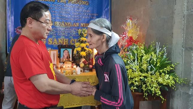 Giúp đỡ nhiều dân nghèo, ân cần thăm hỏi các gia đình có người mất do lũ ảnh 5