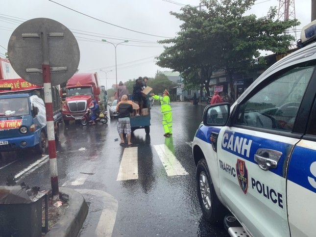 Đội mưa tiếp tế cơm, bánh mì cho tài xế, hành khách bị kẹt do bão số 9 ảnh 4