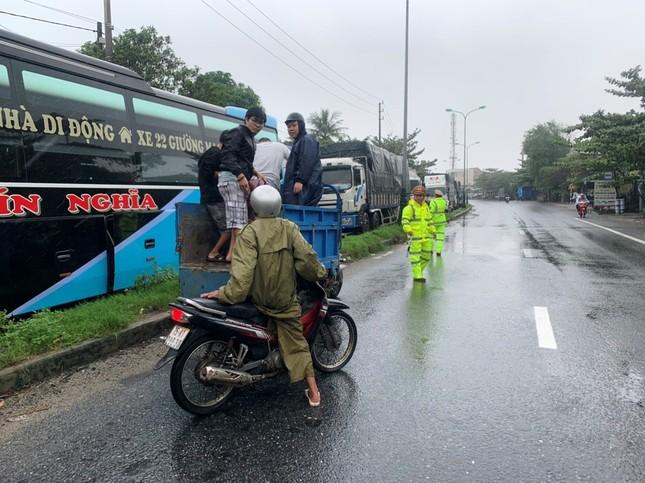Đội mưa tiếp tế cơm, bánh mì cho tài xế, hành khách bị kẹt do bão số 9 ảnh 3