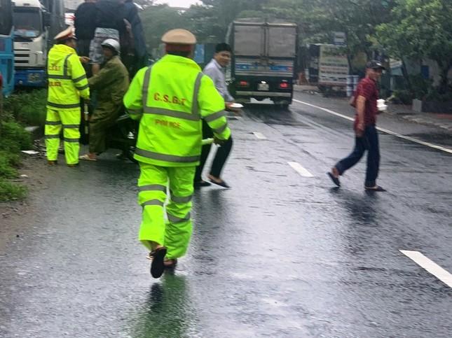 Đội mưa tiếp tế cơm, bánh mì cho tài xế, hành khách bị kẹt do bão số 9 ảnh 6