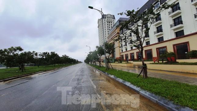 Gió giật mưa lớn, đường sá tại Huế không bóng người ảnh 11