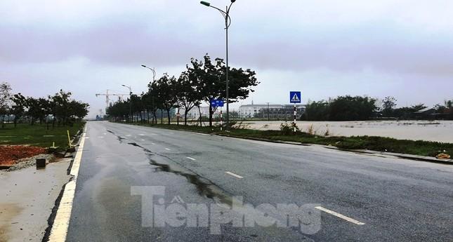 Gió giật mưa lớn, đường sá tại Huế không bóng người ảnh 12