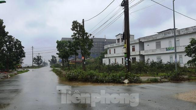 Gió giật mưa lớn, đường sá tại Huế không bóng người ảnh 14