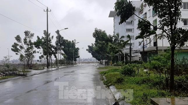 Gió giật mưa lớn, đường sá tại Huế không bóng người ảnh 15