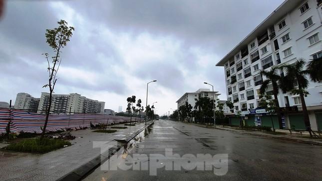 Gió giật mưa lớn, đường sá tại Huế không bóng người ảnh 1